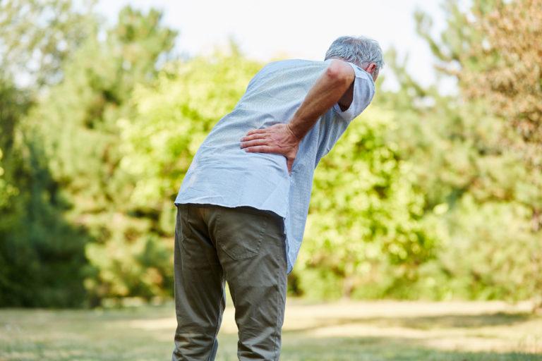 Homme âgé avec mal de dos