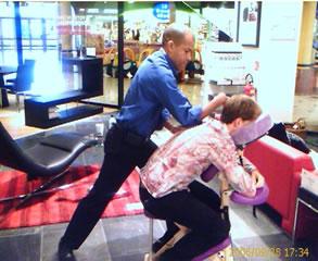 Massage en entreprise sur chaise Amma de Thierry JEANNE